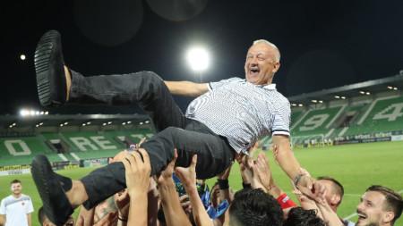 Футболистите на Локомотив (Пд) хвърлят във въздуха Христо Крушарски след спечелването на суперкупата на България