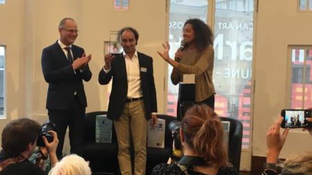 Марио Хосен (в средата) получава наградата на публиката EFFE 2019/2020 в Брюксел