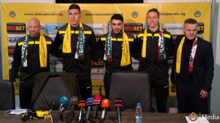 Азрудин Валентич (вдясно), анализаторът Кристиян Тиритиело и тримата нови