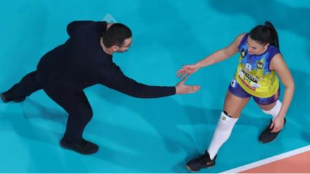 Лазар Лазаров поздравява капитанката на Марица Петя Баракова.
