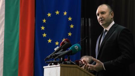 Президентът Румен Радев говори на дискусия в Лесотехническия университет в София.