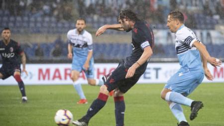 Андреа Поли бележи първия гол за Болоня.
