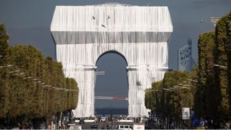 Опаковането на Триумфалната арка