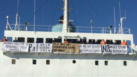 Плакатите със зов за помощ на моряците от