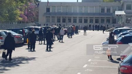 Варненци чакат пред ТД на НАП, за да подадат данъчните си декларации