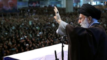 Върховният лидер на Иран аятолах Али Хаменей води петъчната молитва в Техеран.