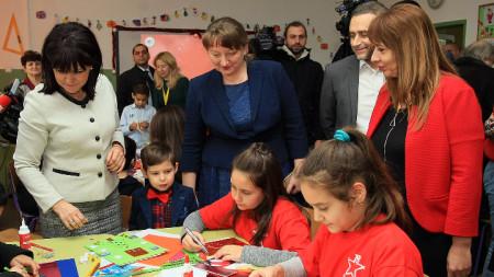 Караянчева и жени-посланици у над изработваха картички заедно с децата