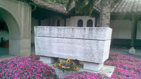 "Гроб Гоце Делчева во дворе церкви ""Святого Спаса"" в Скопье"