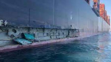 Щети по големия кораб след сблъсъка.