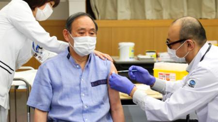 японският премиер Йошихиде Суга получи първа доза от ваксина срещу Covi-19
