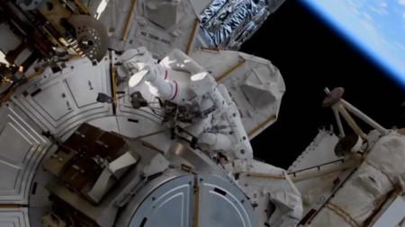 Астронавт на Международната космическа станция изпълнява задача в открития Космос, март 2021