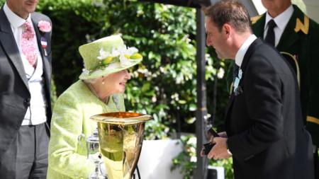 Кралица Елизабет II връчва награда на турнира