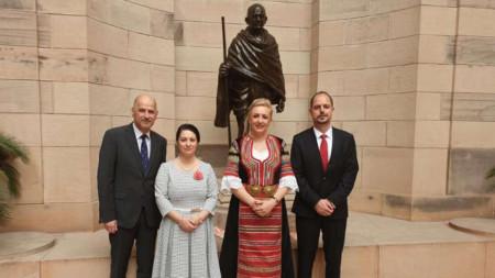 Новият посланик на България в Индия Елеонора Димитрова встъпи в длъжност, облечена в народна носия