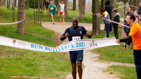 Угандиецът Сенаджи пресича финала.