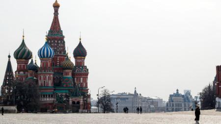 """Значително по-малко хора се разхождат покрай храма """"Покров Богородичен"""", известен и като """"Свети Василий Блажени"""", намиращ се на Червения площад в Москва."""
