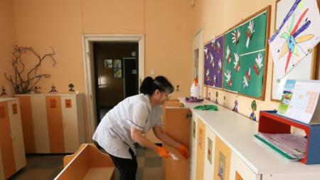 В столичните детски градини вече тече трескава подготовка за завръщането на децата. Това ще стане от 22 май при ясни противоепидемични мерки, обяви здравният министър Кирил Ананиев.