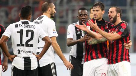 Игуаин (вдясно) напусна Милан