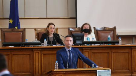 Кристиян Вигенин прави изказване от трибуната на Народното събрание-  7 май 2021 г.