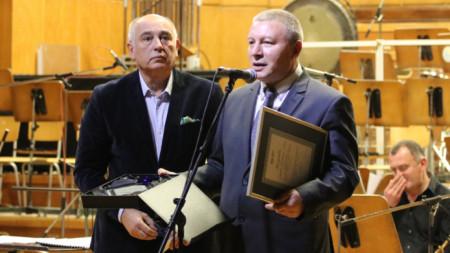 Д-р Кирил Калев и Митко Новков (вдясно) на церемонията в Първо студио на БНР.