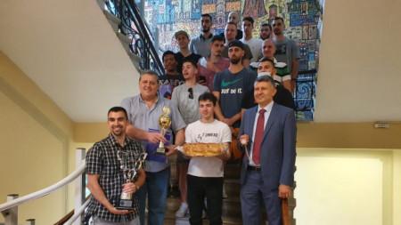 Академик с трофеите си в Община Пловдив