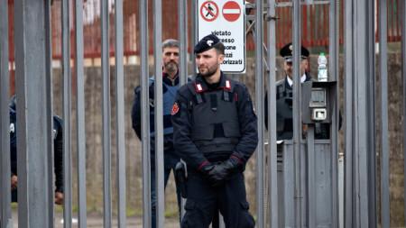 Служител на органите на реда пред затвора Ребибия в Рим.