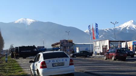 В град Банско, който е под карантина, не работи нито едно предприятие, затворени са почти всички обекти, с изключение на аптеки, хранителни магазини и две бензиностанции.