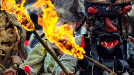 """Традиционните за Сирни Заговезни ритуални игри бяха част от програмата на маскарадния фестивал """"Кукерландия""""."""