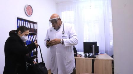 Зам.-министър Жени Начева и д-р Николай Брънзалов направиха демонстрация на системата за издаване на електронно направление за PCR тест.