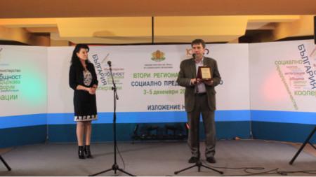 Зам.-министърът на труда и социалната политика Султанка Петрова връчва наградата на Пламен Проданов