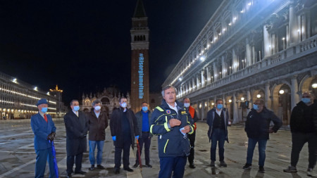 Кметът на Венеция Луиджи Бруняро на площад