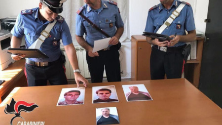 Италиански карабинери показват снимки на Роко Морабито преди и след неговия арест в Уругвай през 2017 г.