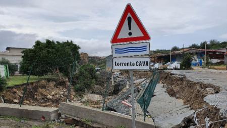 Прекъснати са пътища, има свлачища и разрушения на острова.