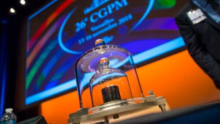 Копие на еталона за килограм на Генералната конференция по мерките и теглилките през ноември миналата година във Версай край Париж.