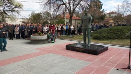 """На паметника в Елхово актьорът Велко Кънев е в ролята """"Даскал"""" от едноименния моноспектакъл."""