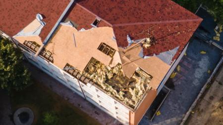 """Отнесена е част от конструкция на покрива на СУ """"Йордан Йовков"""" в Тервел."""