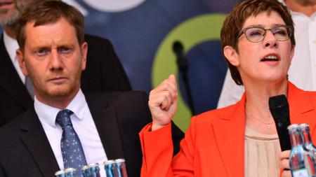 Премиерът на на Саксония Михаел Кречмер от ХДС и лидерът на партията Анегрет Крамп-Каренбауер на заключителния предизборен митинг в Лайпциг, Саксония.