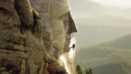 Торстен Мьовес работи в планината Ръшмор, САЩ