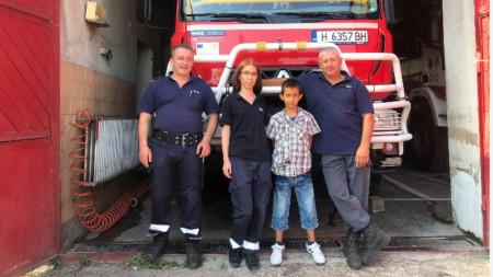9-годишният Милен от село Черенча с шуменски пожарникари