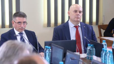 Правосъдния министър Данаил Кирилов (вляво) и избраният от ВСС за главен прокурор Иван Гешев.