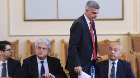 Служебният премиер Стефан Янев и министрите Атанас Пеканов, Бойко Рашков и Гълъб Донев на редовния блиц-контрол в парламента.