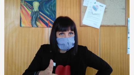 Водещата Силвия Домозетска с маска, ушита от Надежда Червенкова