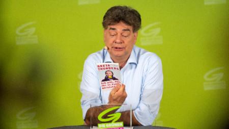 Вернер Коглер, лидер на партията Зелени, показа книга на шведската климатична активистка Грета Тунберг по време на изявление за медиите във Виена.