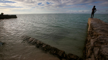 Тихоокеанската република Кирибати от години се притеснява от покачването на морското равнище.