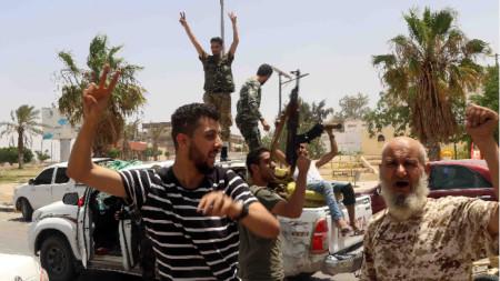 Празнуващи привърженици на правителството на единството в Триполи