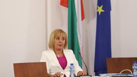 Мая Манолова е председател на Комисията по ревизията за установяване на злоупотреби и нарушения при разходването на средства от Министерския съвет, министерствата, държавните органи, държавни и общински предприятия, дружества с повече от 50 на сто държавно и общинско участие и местните власти през последните 5 години.