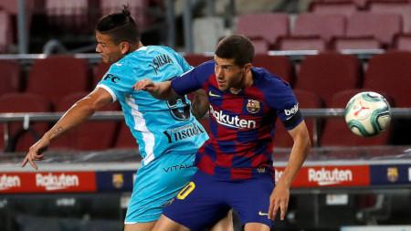 Сержи Роберто от Барселона (вдясно) се бори за топката с Джонатан Силва от Леганес.