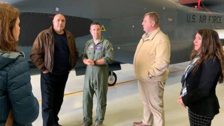 """Премијер Борисов и чланови његове делегације на путу из авио-базе у Сигонели ка носачу авиона """"Хари С. Труман"""""""