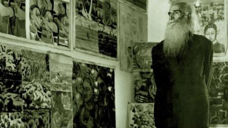 Майстора сред своите картини. / Снимка: архив