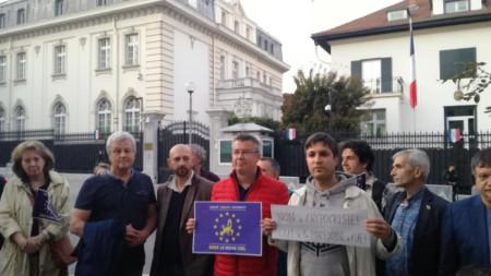 Протестът пред френското посолство в София.