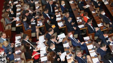 Депутатите обсъждат закона за мерките при извънредно положение.